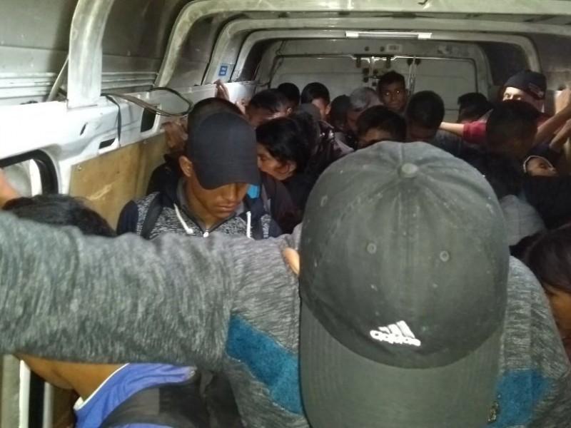 Auxilian a migrantes abandonados en camión de carga