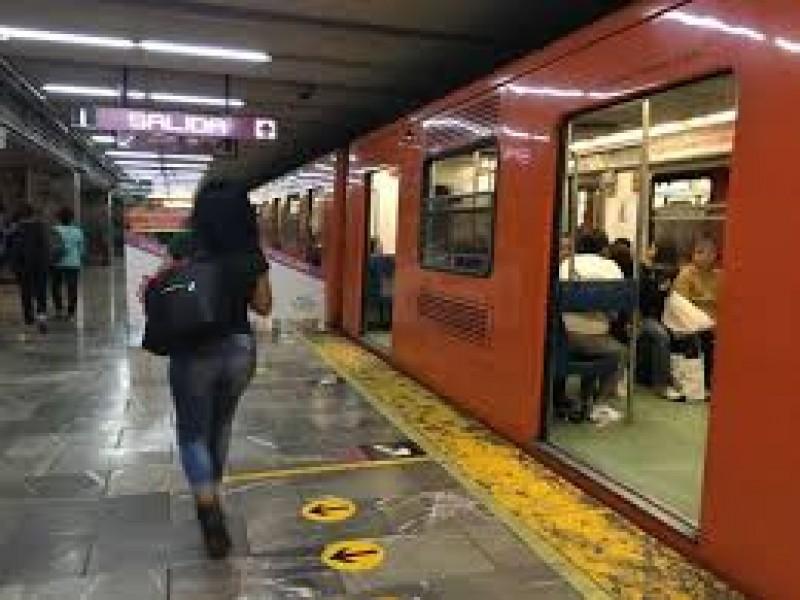 Auxilian a mujer que convulsionó en el metro