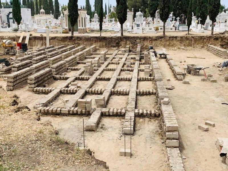 Avanza construcción de fosas para víctimas de covid-19