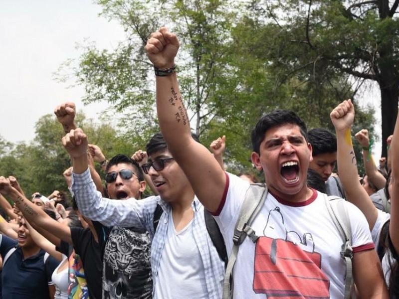 Avanza de manera pacífica marcha de estudiantes