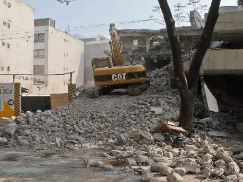 Avanza demolición de edificio en la Benito Juárez