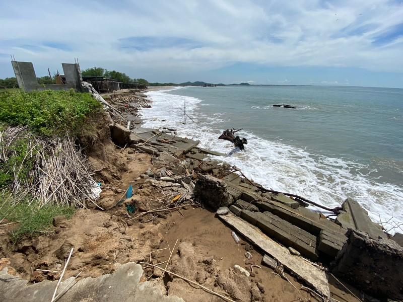 Avanza el mar en Bahía La Ventosa, palapas pierden terreno