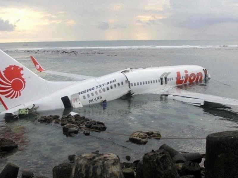 Avión indonesio se estrella; buscan sobrevivientes