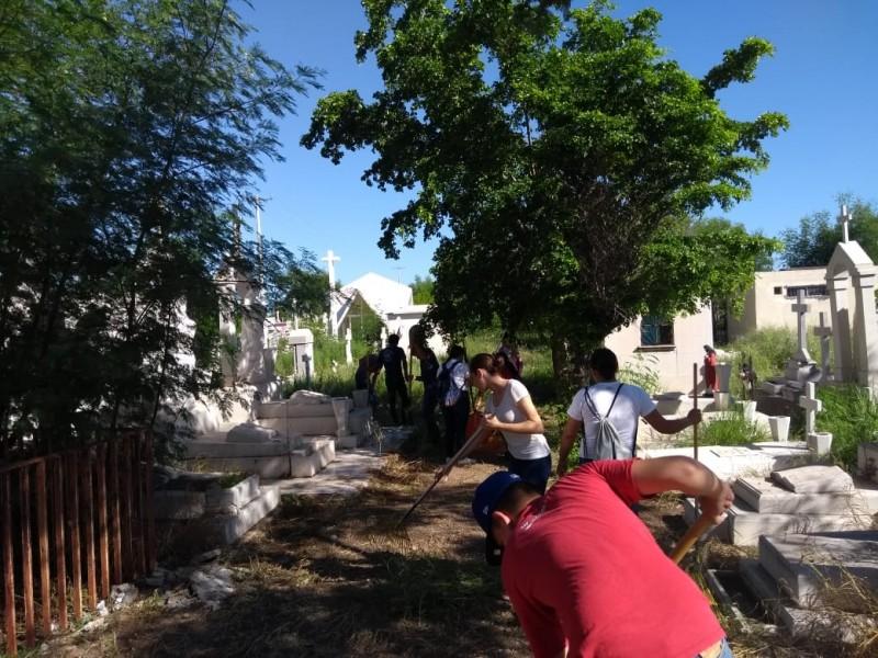 Ayuntamiento y voluntarios limpian panteones