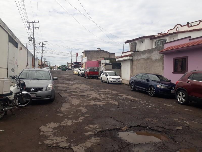 Baches e inundaciones en calle Javier Moreno