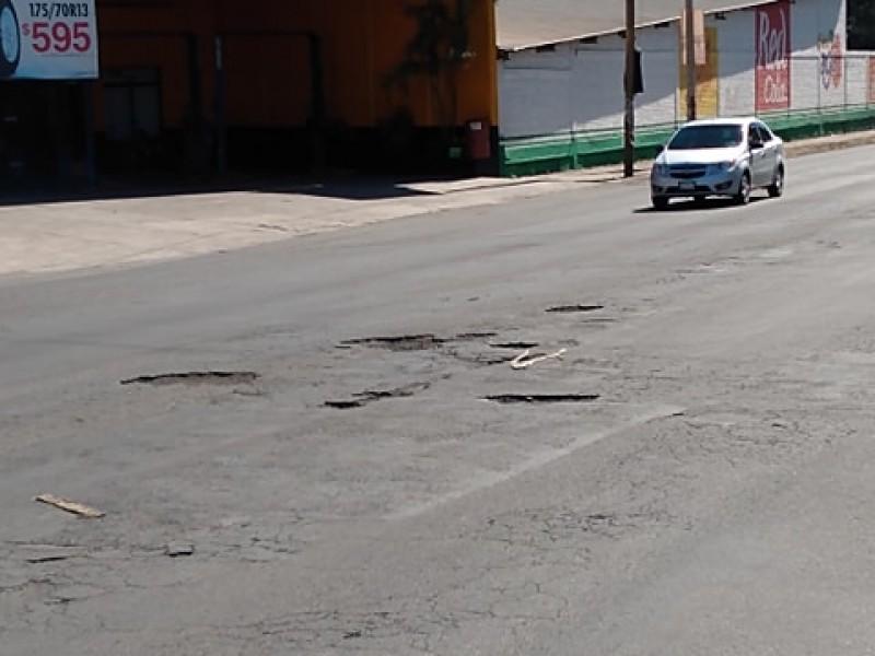 Baches en Av.Insurgentes pone en riesgo a automovilistas