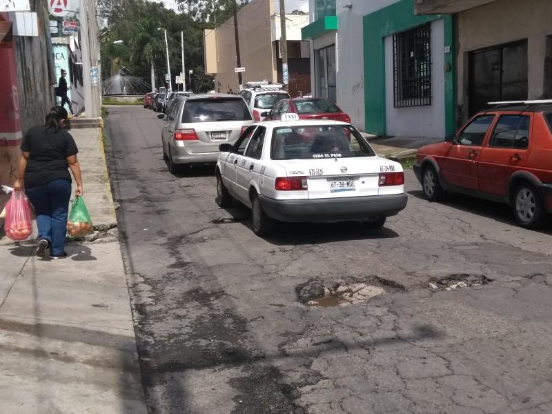 Baches obstruyen circulación en la calle Dr. Martínez