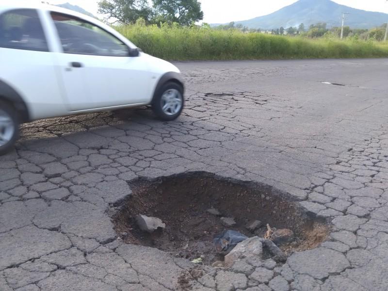 Baches provocan accidentes viales en la carretera Jacona-Los Reyes