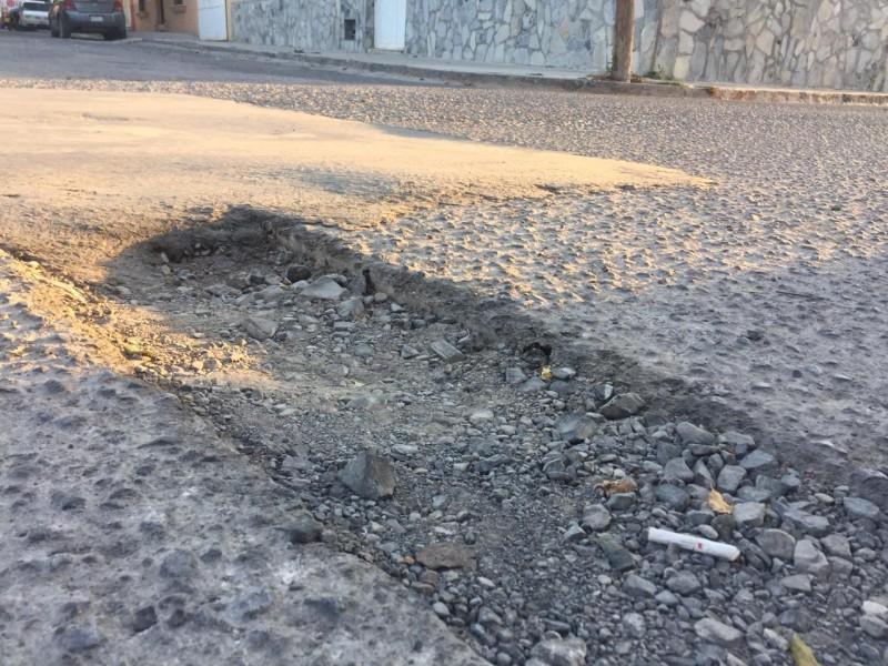 Baches y mala pavimentación peligro para peatones y conductores