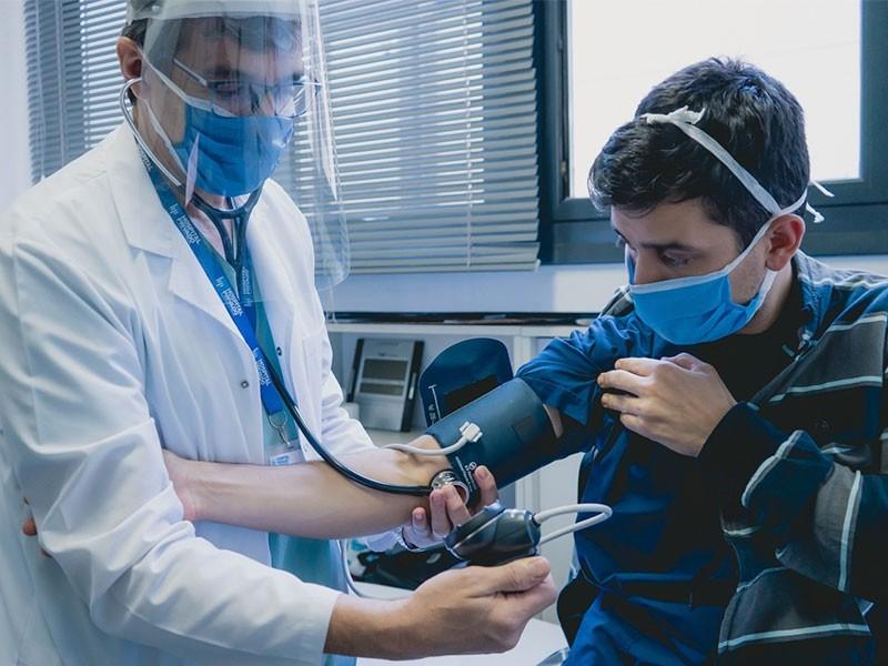 Baja 40% la atención médica pública y aumenta la privada