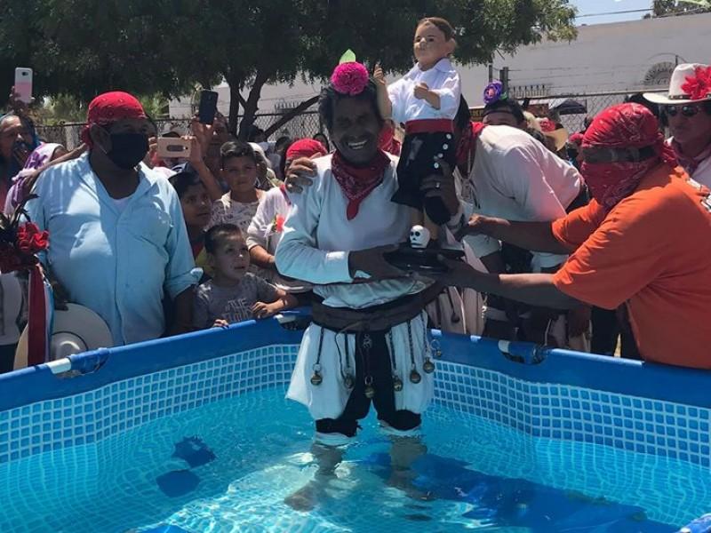 Bañan a San Juan Bautista en una alberca en Navojoa