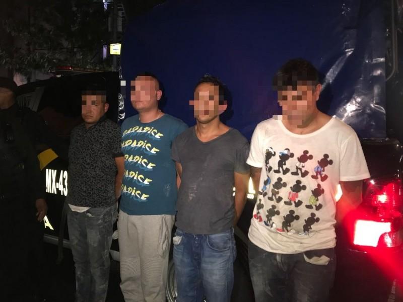 Banda asalta Starbucks con metralleta; son detenidos