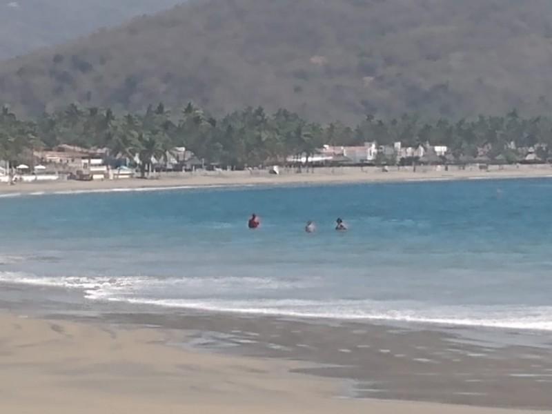 Bañistas desobedecen restricciones en playas de Manzanillo