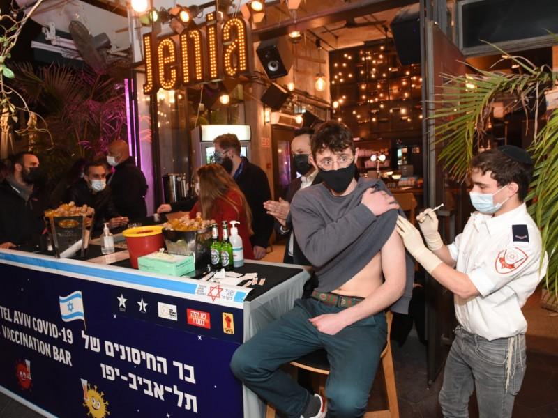 Bar de Israel ofrece bebidas para incentivar vacunación Covid-19