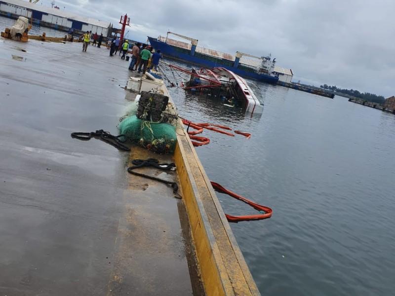 Barco pesquero se hunde en Salina Cruz
