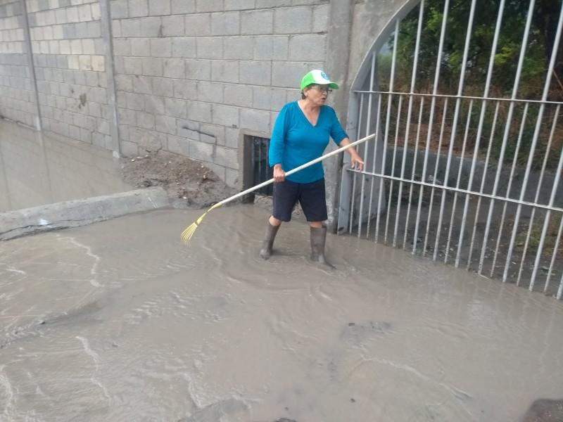 Barda perimetral afecta a vecinos durante lluvias