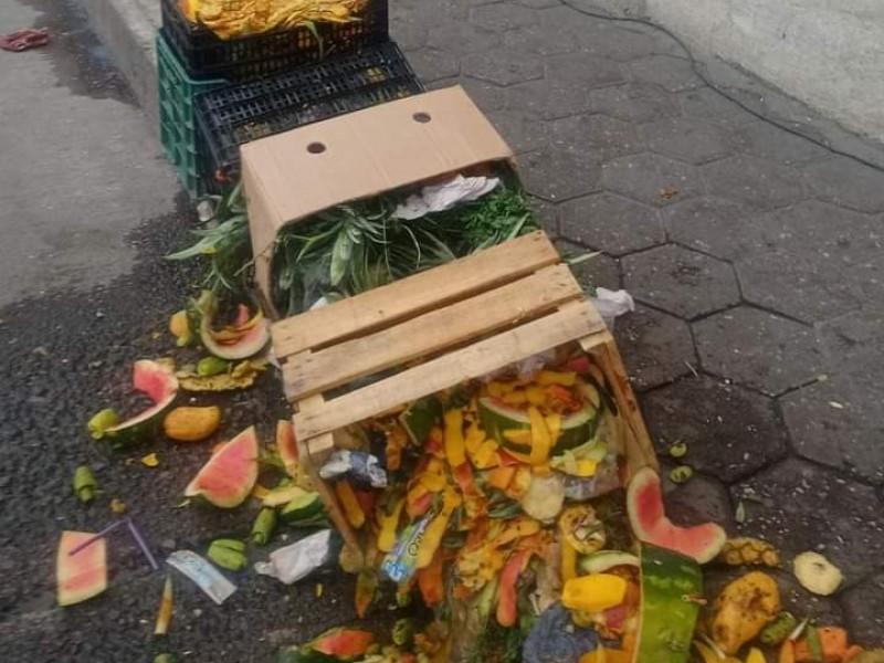 Basura en calles de Rafael Lara Grajales tras mercado
