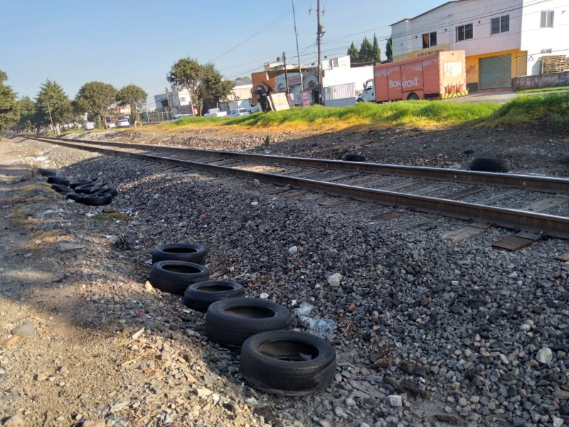 Basura en vías del tren carretera Toluca-Atlacomulco