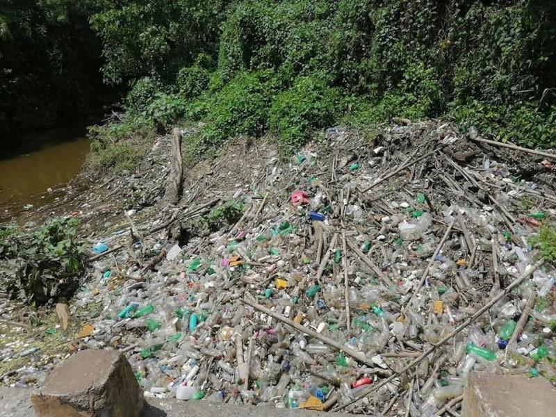 Basura invade cuerpos de agua en Cerro Azul