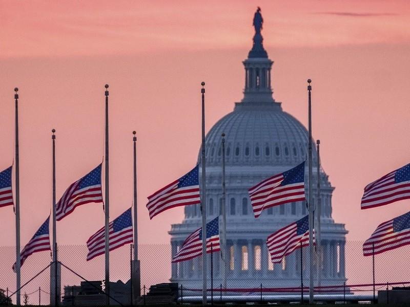 Biden ordena banderas a media asta en memoria víctimas Covid-19