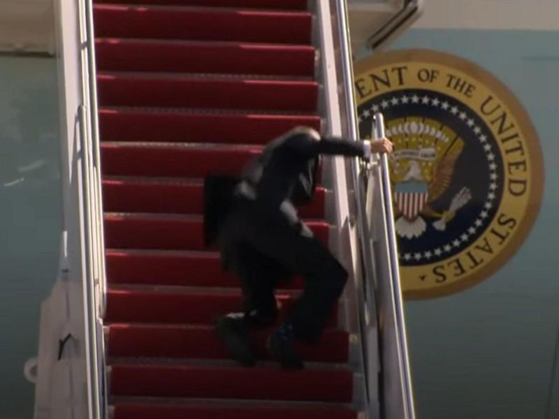 Biden se cae tres veces al subir escaleras del avión