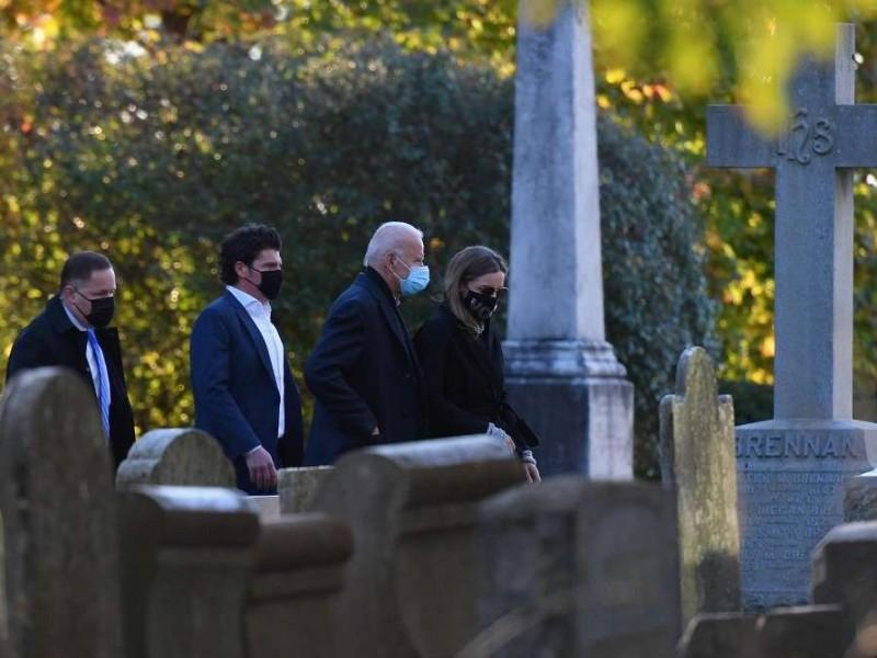 Biden va a misa y visita tumba de su hijo