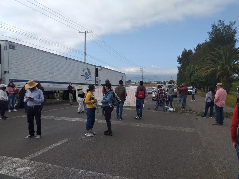 Bloquea CNTE Poder de Base carreteras en Michoacán