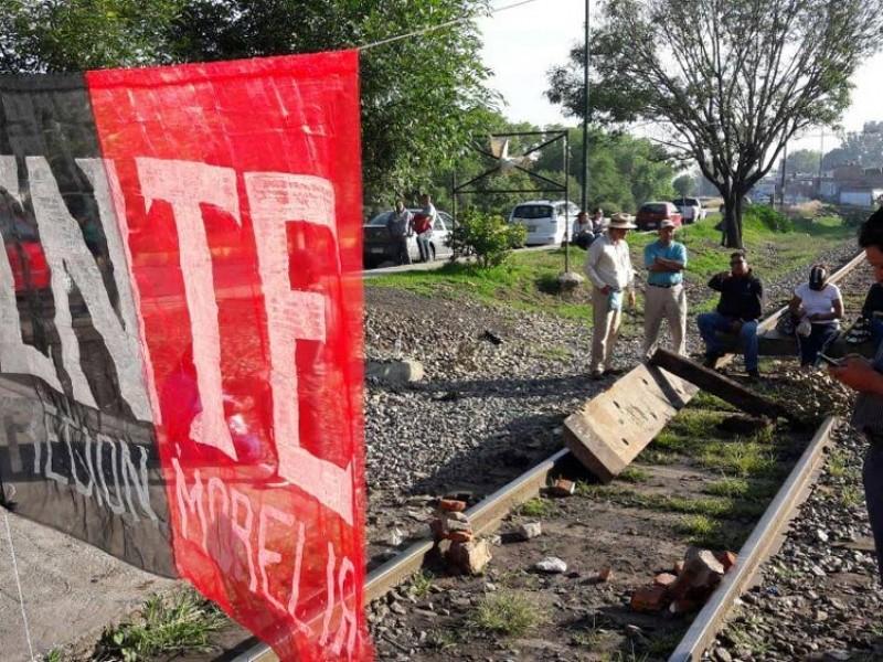 Bloquea la CNTE vías del tren en Pátzcuaro