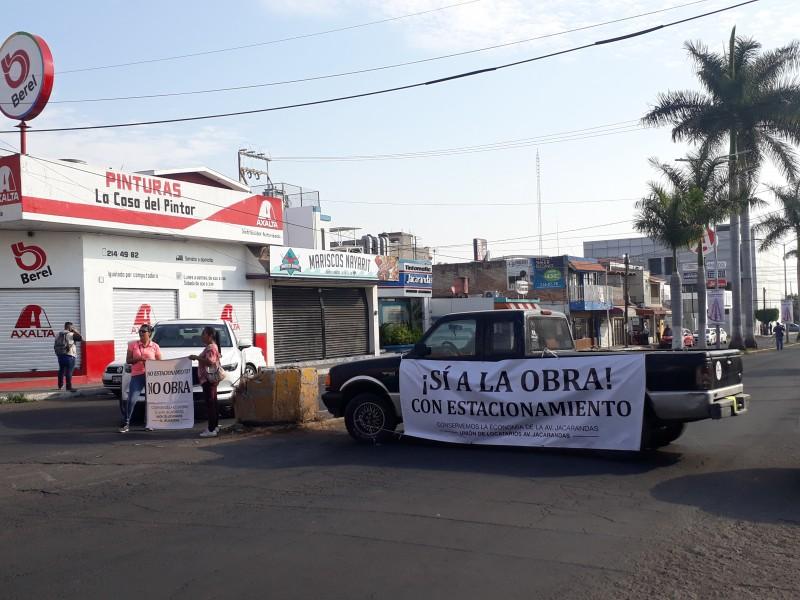 Bloquean avenida jacarandas: