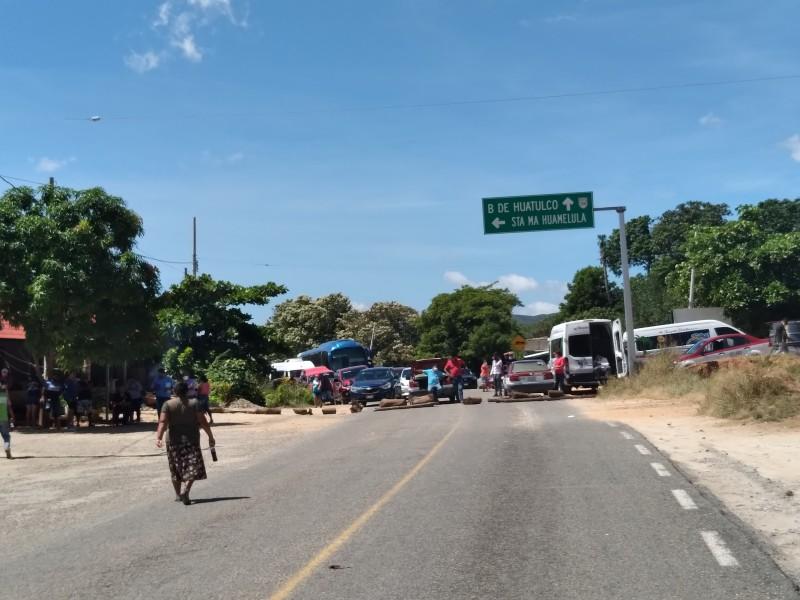 Bloquean carretera costera para exigir entrega de obras; Huamelula