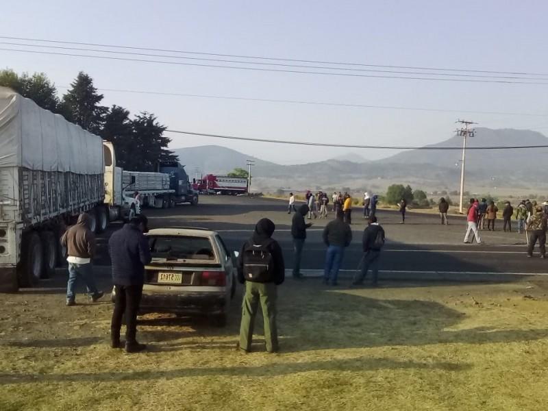 Bloquean carretera de Paracho;piden destitución de Godoy Castro