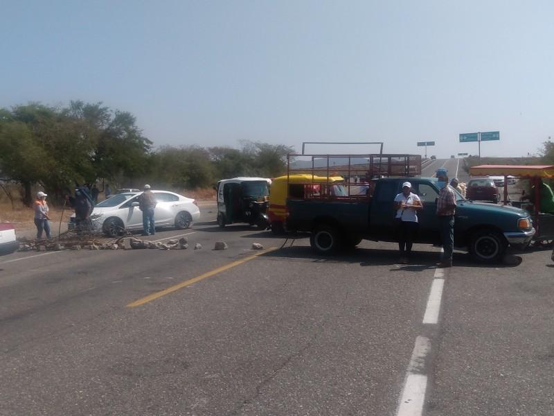 Bloquean carretera en Tehuantepec extrabajadores de LOGUINEXT