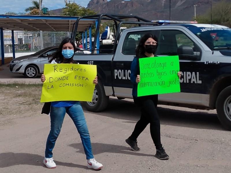 Bloquean carretera viudas de policías, no hay respuesta de autoridades