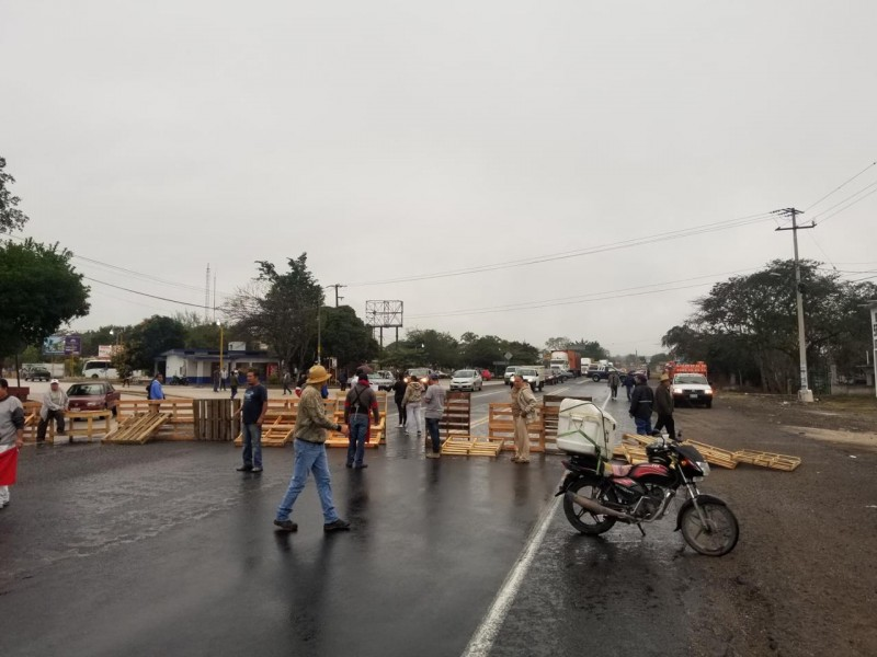 Bloquean carretera Xalapa - Veracruz, exigen justicia por joven atropellado