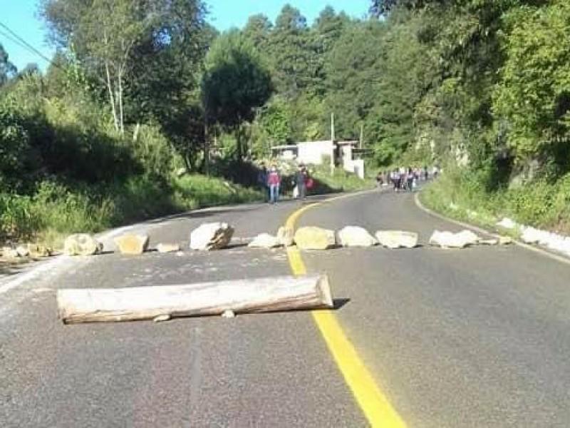 Bloquean comuneros de Oxchuc tramo carretero ante incumplimiento del ayuntamiento