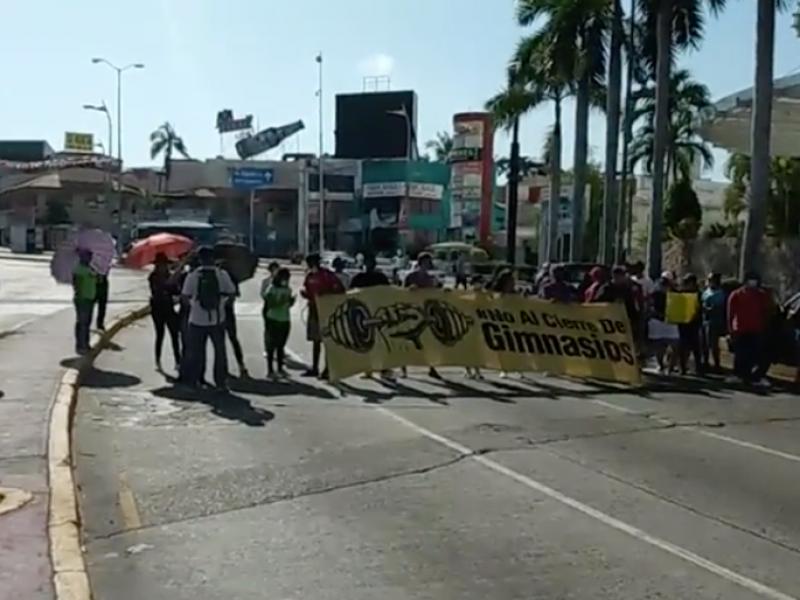 Bloquean Costera de Acapulco, exigen mantener abiertos gimnasios
