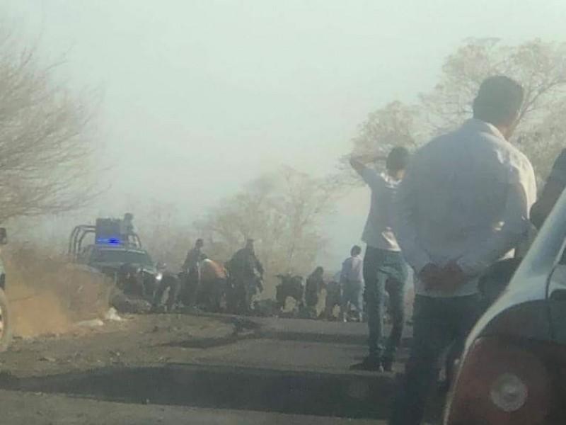 Bloquean de nueva cuenta carretera Aguililla-Apatzingán