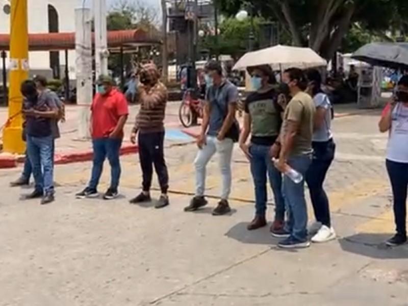 Bloquean el centro de Tuxtla Gutiérrez maestros, piden salarios