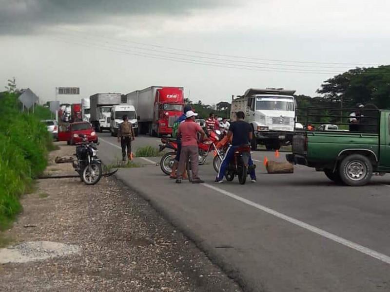 Bloquean la autopista Tonalá-Arriaga