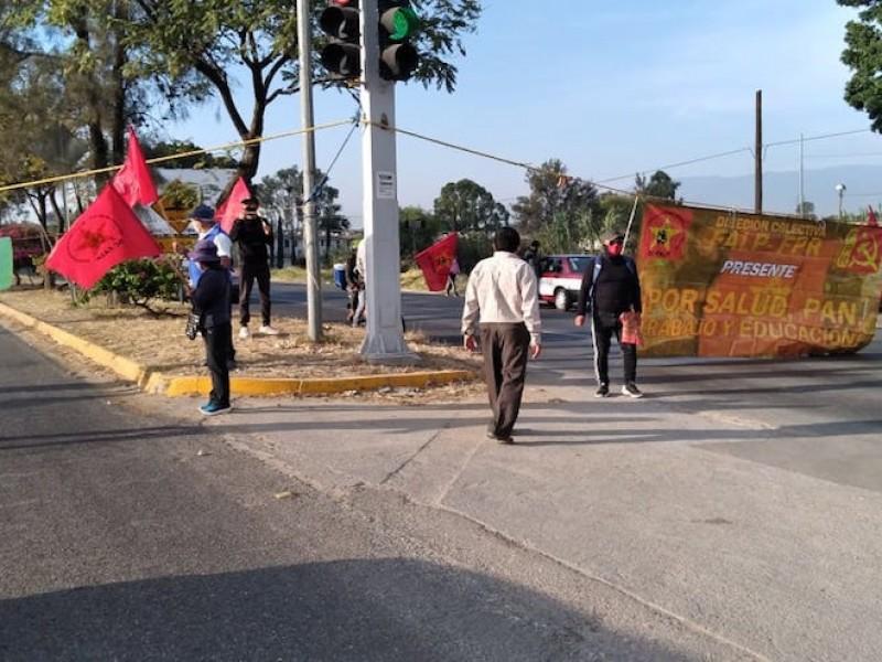 Bloquean la carretera federal 175, pobladores exigen pavimentación