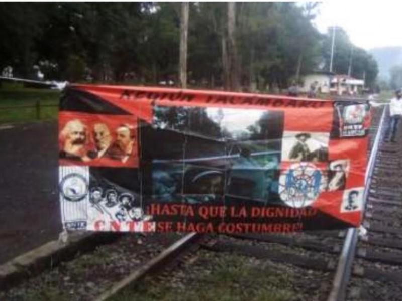 Bloquean maestros las vías del tren