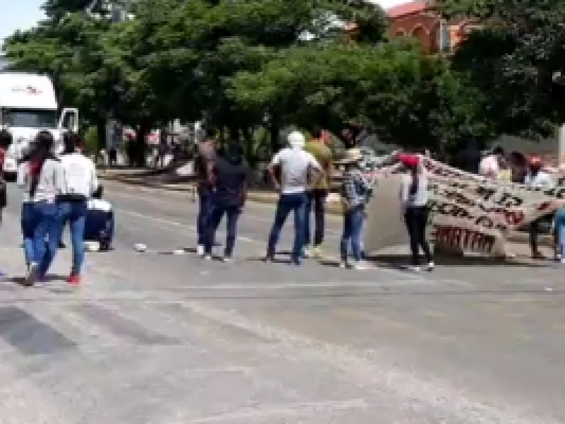Bloquean normalistas de la Escuela Normal Rural Mactumatzá exigen plazas