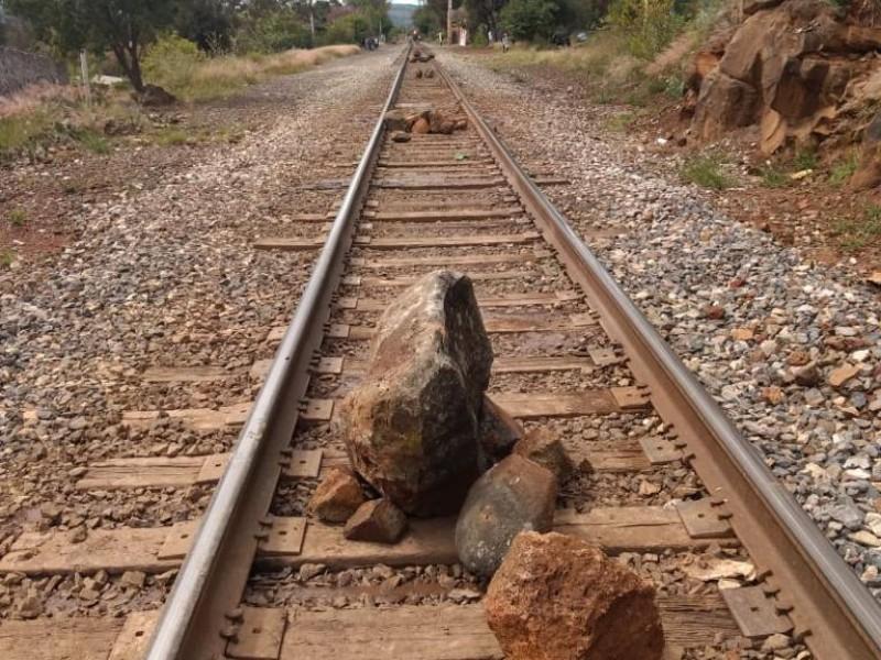 Bloquean normalistas vías del tren en Michoacán
