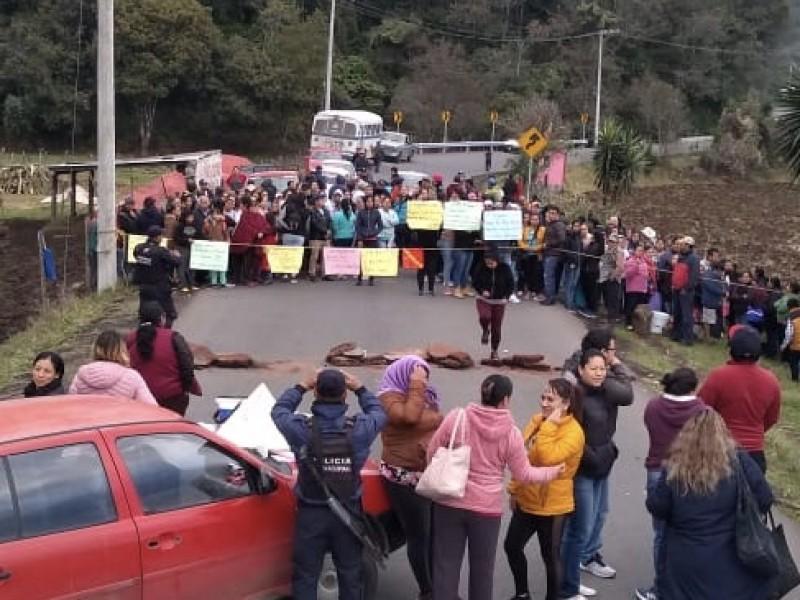 Bloquean para exigir aulas de primaria, en Tlacolulan