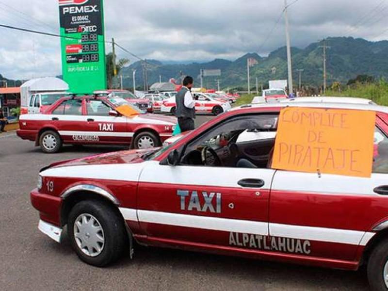 Bloquean taxistas Carretera Fortín - Xalapa.