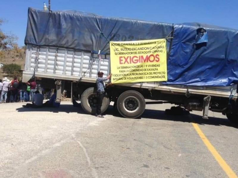 Bloquean tramo carretero Bochil-Soyaló, piden trabajos de reconstrucción