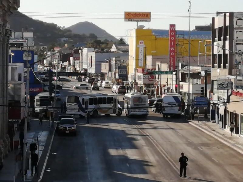 Bloquean transportistas la Serdán