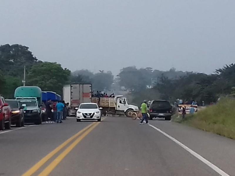 Bloqueo carretero en Boca del Monte mantiene incomunicado a Oaxaca-Veracruz