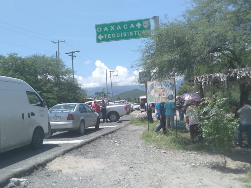 Bloqueo carretero en Magdalena Tequisistlán; incomunicado el Istmo con Valles