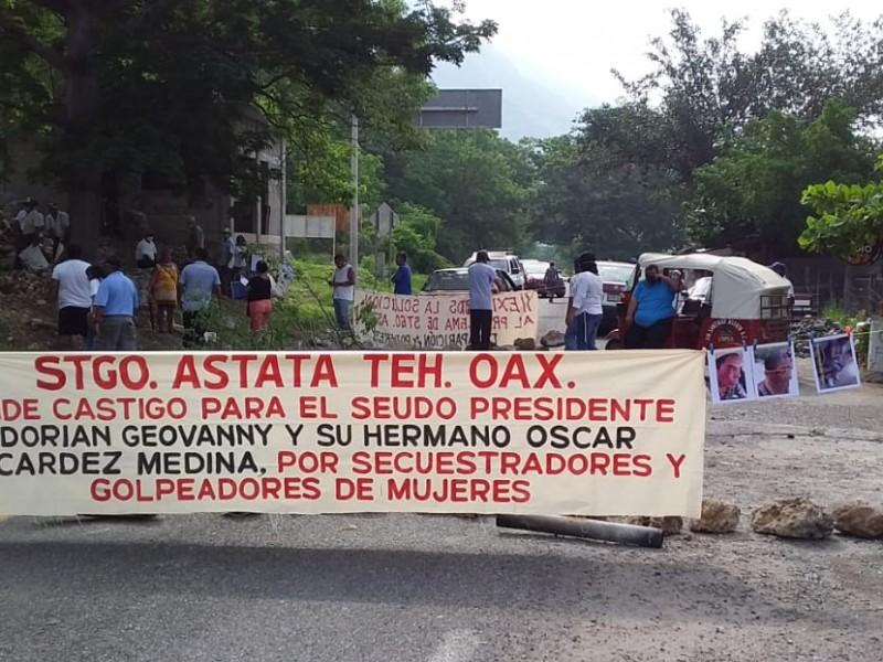 Bloqueo carretero en Santiago Astata, impiden paso a la costa